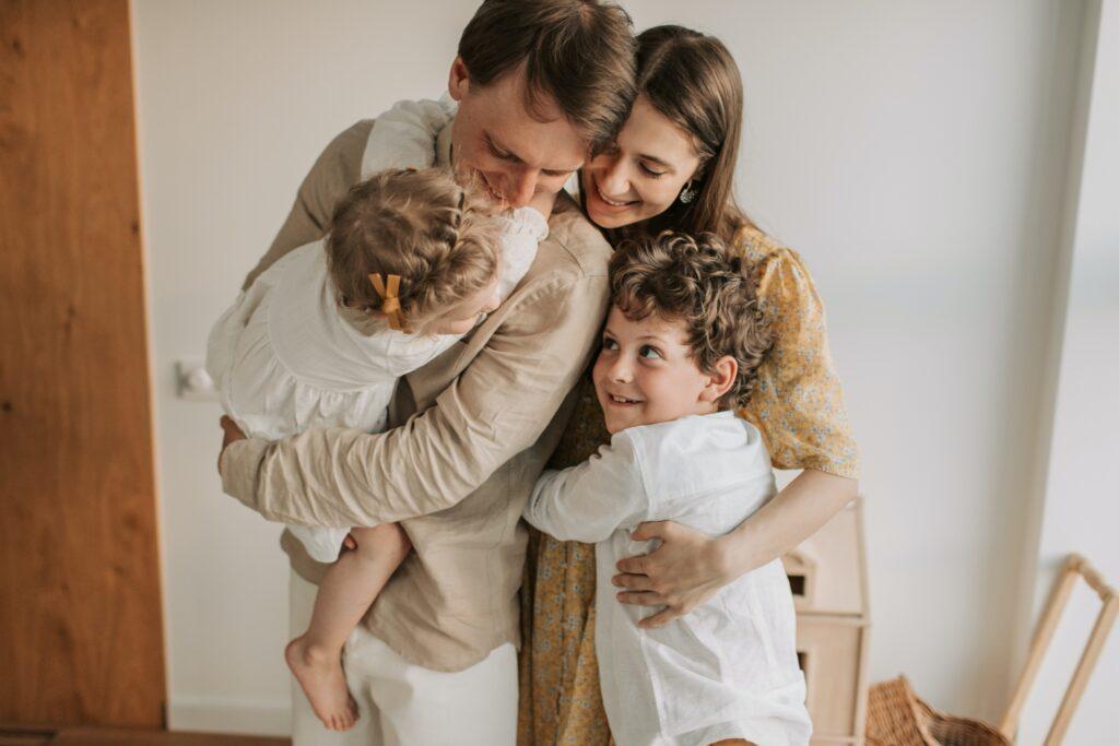 Мы родители, мы стали настоящими мастерами многозадачности.Это необходимый навык, который нужно усвоить, когда вы станете родителем, совмещая работу, семью и отдых.Это будет трудный совет для многих из вас, учитывая ваш талант многозадачности, но уделение вашему ребенку полного внимания имеет решающее значение для его счастья.На самом деле послушайте, что они говорят.Положите отложите все свои дела и дайте им полностью развернутый ответ.